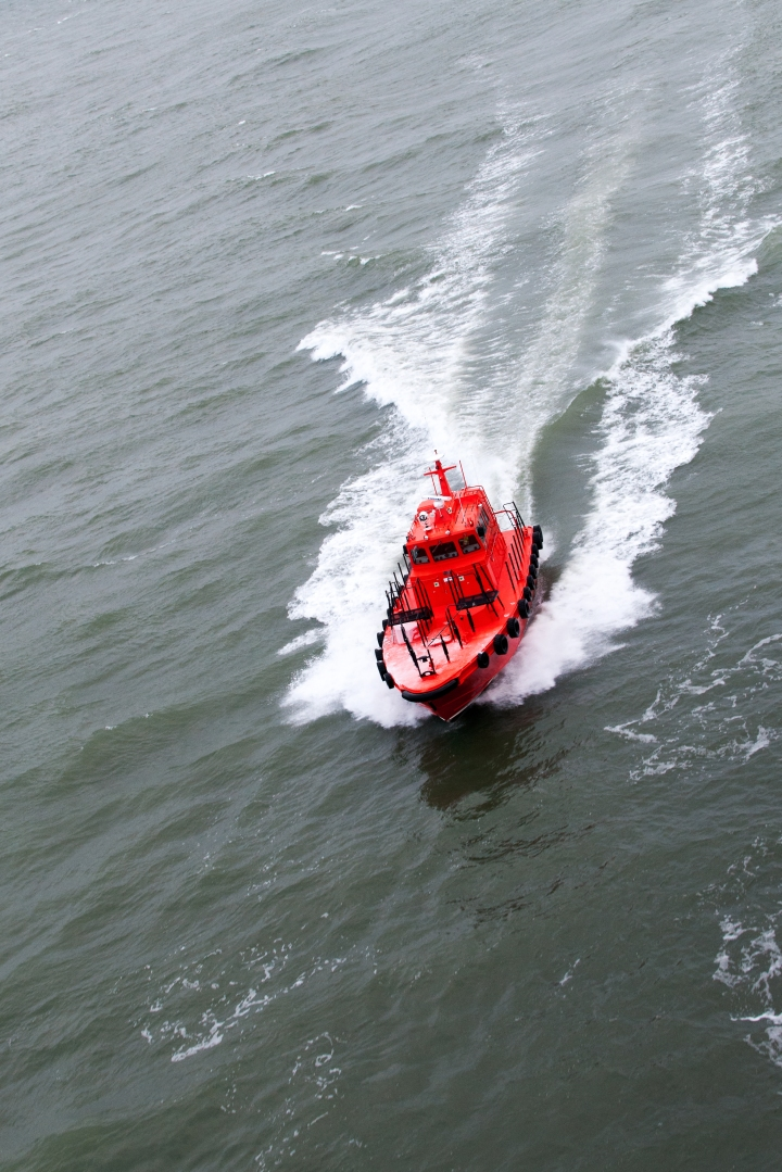 """Kohde havaittu. Laiva on tehnyt leetä, eli kääntänyt vastapuolen kyljen tuuleen ja suojan puoli on """"pilleri"""", joten iholle!"""