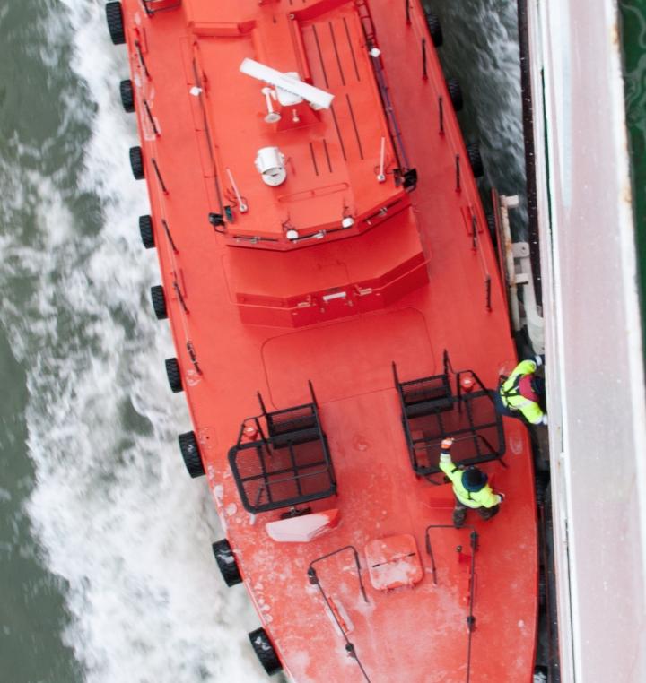 Kiinni! Laivan ja veneen välissä käy melkoinen imu, joka liimaa paatin kylkeen siten, että siitä voi olla jopa hankala päästä irti. Luotsi kiipeää ja turvamies varmistaa.